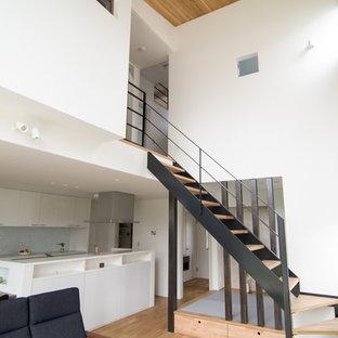 他の地域の木のモダンスタイルのおしゃれな階段 (金属の手すり) の写真