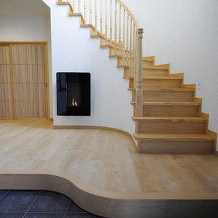 木の和風のおしゃれなサーキュラー階段 (木の蹴込み板、木材の手すり) の写真