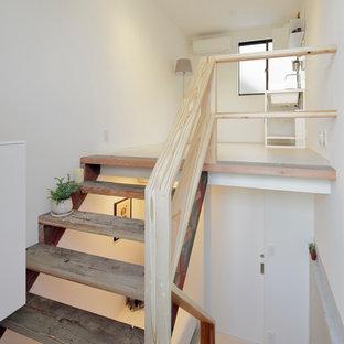東京23区の小さい木のモダンスタイルのおしゃれな直階段 (木の蹴込み板、木材の手すり) の写真