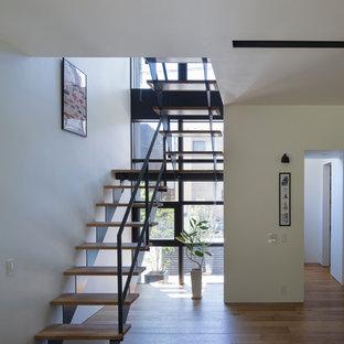 東京23区の木のラスティックスタイルのおしゃれな階段 (金属の手すり) の写真