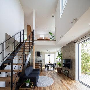 Modelo de escalera recta, de estilo zen, sin contrahuella, con escalones de madera y barandilla de metal