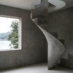 Modelo de escalera de caracol, urbana, pequeña, con escalones de hormigón y contrahuellas de hormigón