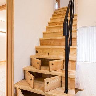 他の地域の中くらいの木の和風のおしゃれな直階段 (木の蹴込み板、金属の手すり) の写真