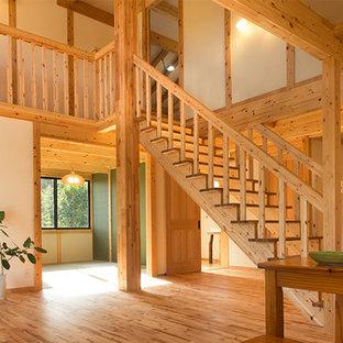 Immagine di una scala a rampa dritta etnica con pedata in legno, alzata in legno e parapetto in legno