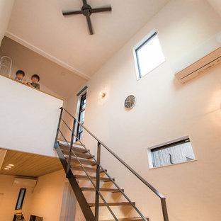 Ejemplo de escalera recta y papel pintado, moderna, pequeña, sin contrahuella, con papel pintado, escalones de madera y barandilla de metal