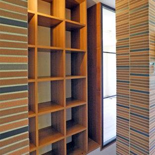 Exemple d'un escalier rétro de taille moyenne avec des marches en bois, des contremarches en bois, un garde-corps en bois et un mur en parement de brique.