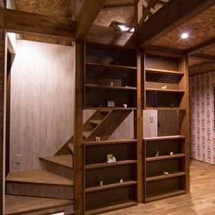 他の地域の木のアジアンスタイルのおしゃれな階段 (木の蹴込み板) の写真