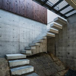 他の地域の中くらいのコンクリートのインダストリアルスタイルのおしゃれな階段の写真
