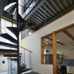 名古屋の小さい金属製のインダストリアルスタイルのおしゃれな階段 (金属の手すり) の写真