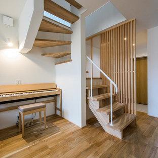 京都の木の北欧スタイルのおしゃれな階段 (金属の手すり) の写真