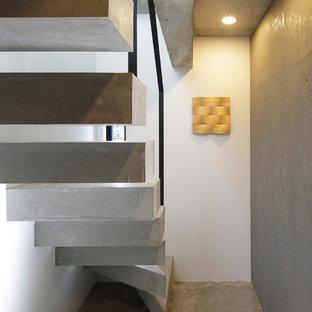 東京23区のコンクリートのインダストリアルスタイルのおしゃれな階段 (金属の手すり) の写真