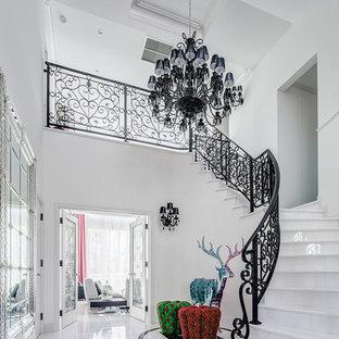 他の地域の大きいトラディショナルスタイルのおしゃれなサーキュラー階段 (金属の手すり) の写真