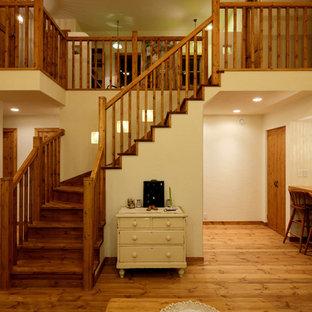 他の地域の木のアジアンスタイルのおしゃれなサーキュラー階段 (木の蹴込み板、木材の手すり) の写真