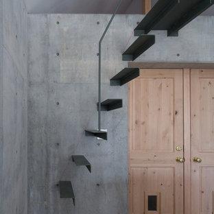 Foto di una piccola scala sospesa etnica con pedata in metallo, alzata in metallo e parapetto in metallo