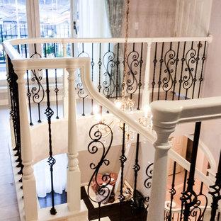 Modelo de escalera curva y papel pintado, tradicional, con barandilla de metal y papel pintado
