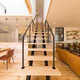 Modelo de escalera recta, asiática, sin contrahuella, con escalones de madera