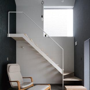 札幌の中サイズの木のインダストリアルスタイルのおしゃれな階段 (金属の手すり) の写真