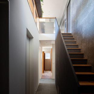 Modelo de escalera recta y panelado con escalones de madera y panelado