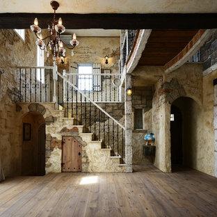 他の地域の木のシャビーシック調のおしゃれな直階段 (木の蹴込み板、金属の手すり) の写真
