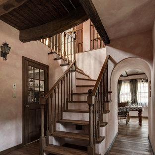 Modelo de escalera en L, romántica, sin contrahuella, con escalones de madera y barandilla de madera