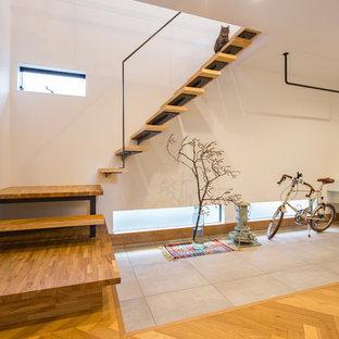 Idee per una scala a rampa dritta etnica di medie dimensioni con pedata in legno, nessuna alzata e parapetto in metallo