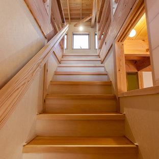 Modelo de escalera recta, rústica, pequeña, con escalones de madera, contrahuellas de madera y barandilla de madera