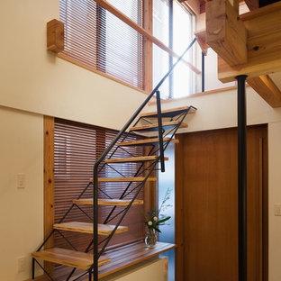 東京23区の木のモダンスタイルのおしゃれな階段 (金属の手すり) の写真