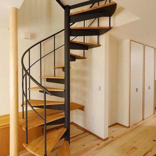 東京23区の中サイズの木のアジアンスタイルのおしゃれな階段 (金属の手すり) の写真