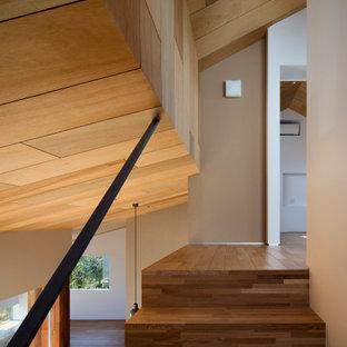 Imagen de escalera madera, moderna, de tamaño medio, con barandilla de metal y madera