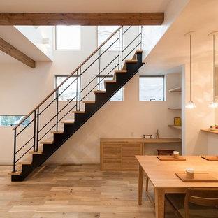 京都の木の北欧スタイルのおしゃれな直階段 (木の蹴込み板、混合材の手すり) の写真