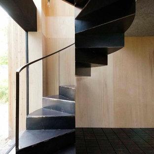 札幌のラスティックスタイルのおしゃれな階段の写真