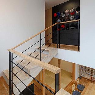 他の地域の中くらいの木のラスティックスタイルのおしゃれな階段 (木材の手すり) の写真