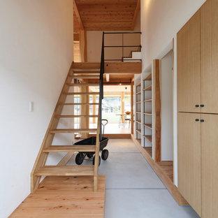 他の地域の中サイズの木のインダストリアルスタイルのおしゃれな階段 (木材の手すり) の写真