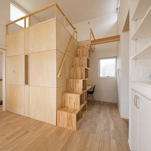 他の地域の小さい木のアジアンスタイルのおしゃれな直階段 (木の蹴込み板、木材の手すり) の写真