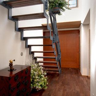 他の地域の広い木のモダンスタイルのおしゃれな階段 (金属の手すり) の写真