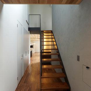 Diseño de escalera recta, retro, sin contrahuella, con escalones de madera y barandilla de metal