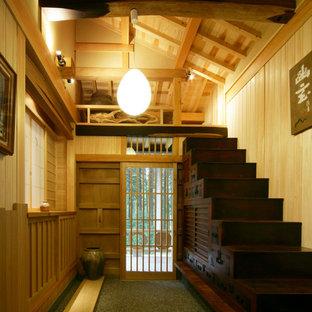 Ispirazione per una scala a rampa dritta etnica con pedata in legno e alzata in legno