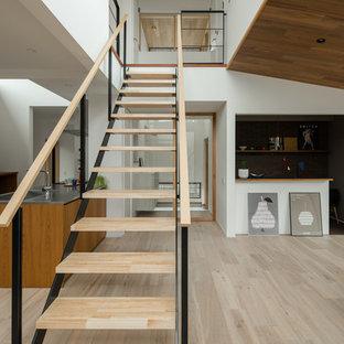 他の地域の木の北欧スタイルのおしゃれな階段 (混合材の手すり) の写真