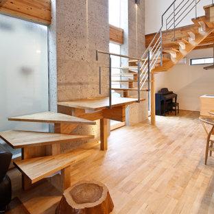 Foto de escalera suspendida y panelado, sin contrahuella, con escalones de madera, barandilla de metal y panelado
