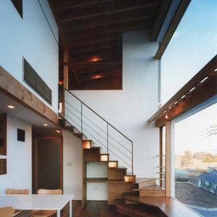 Ispirazione per una scala a rampa dritta etnica di medie dimensioni con pedata in legno, alzata in legno e parapetto in materiali misti