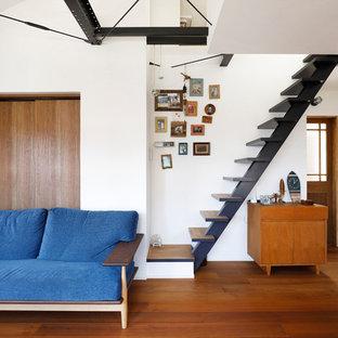 木のビーチスタイルのおしゃれな階段の写真