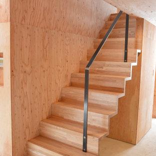 Esempio di una piccola scala a rampa dritta minimalista con pedata in legno, alzata in legno e parapetto in metallo