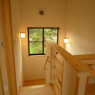 他の地域の木の和風のおしゃれな折り返し階段 (木の蹴込み板、木材の手すり) の写真