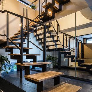 名古屋の木のコンテンポラリースタイルのおしゃれな階段 (金属の手すり) の写真