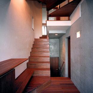東京23区の中くらいの木のモダンスタイルのおしゃれな折り返し階段 (木の蹴込み板、木材の手すり) の写真
