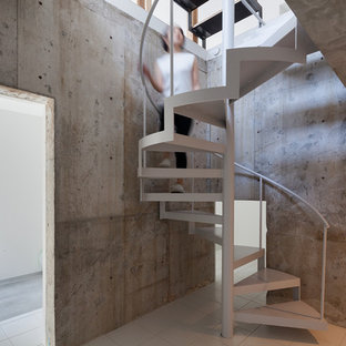 東京23区のタイルのモダンスタイルのおしゃれなオープン階段 (金属の手すり) の写真