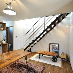 Imagen de escalera recta, nórdica, sin contrahuella, con escalones de madera