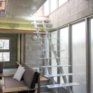 横浜の中サイズの金属製のモダンスタイルのおしゃれな直階段 (金属の蹴込み板) の写真