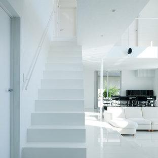 На фото: прямые лестницы среднего размера в стиле модернизм с металлическими перилами