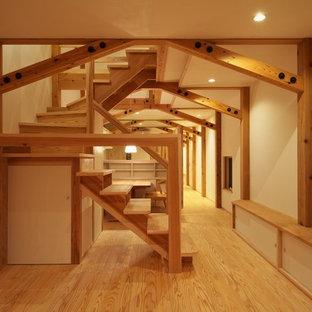 他の地域の木のアジアンスタイルのおしゃれな折り返し階段 (木の蹴込み板) の写真